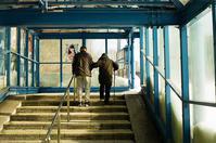 蕨隧道とリハビリ散歩の老夫婦 - 照片画廊