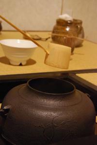 合間をみて茶道の稽古 - 懐石椿亭 公式weblog日本料理