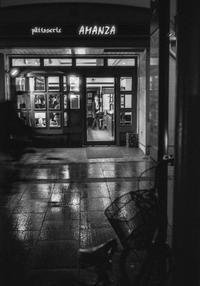 うらやましげに店内を覗く洋菓子店前の自転車 - Film&Gasoline