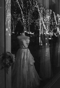季節外れのイルミネーションを見上げるウエディングドレスのトルソー - Film&Gasoline