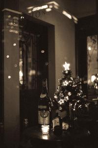 ホテルのネオンを見上げる季節外れのクリスマスツリー - Film&Gasoline