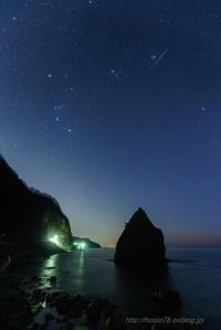 立岩と冬の星座と流星と - デジタルで見ていた風景