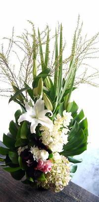 三回忌にアレンジメント。新発寒1条にお届け。2019/02/28。 - 札幌 花屋 meLL flowers