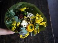 ご結婚4周年に花束。お持ちのアアルトベースに合うように。2019/03/01。 - 札幌 花屋 meLL flowers