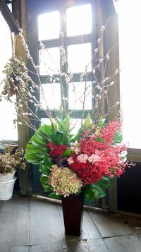 移転オープンにアレンジメント。南4西3のビル6階にお届け。2019/03/01。 - 札幌 花屋 meLL flowers