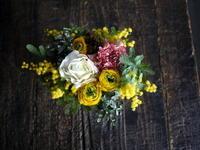 お誕生日にアレンジメント。「黄色~白系」。2019/03/02。 - 札幌 花屋 meLL flowers