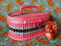 ピンクのビニールのビンテージ・ソーイング・バスケット - Der Liebling ~蚤の市フリークの雑貨手帖3冊目~