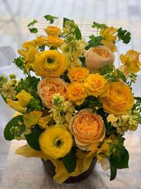 イエロー系アレンジに【バラ・バニラカタリナ】 - ルーシュの花仕事