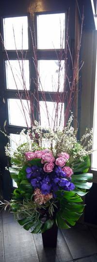 マンションのモデルルームのオープン祝いにアレンジメント。北9条にお届け。2019/03/08。 - 札幌 花屋 meLL flowers