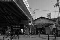 町の中の駅舎 - PTT+.