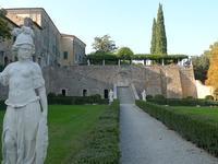 庭を見守る白い像 (Statua) - エミリアからの便り