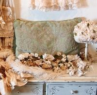 パリの蚤の市から大阪フランスフェアへ*刺繍のクッションと白い花の帽子 - BLEU CURACAO FRANCE