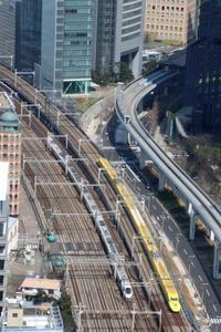 ビルの谷間を切り裂く黄色い電車と白い電車- 2019年・ドクターイエロー - - ねこの撮った汽車