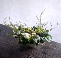 御命日にアレンジメント。「白~グリーン、ナチュラル系。バラも可」。月寒西1にお届け。2019/03/13。 - 札幌 花屋 meLL flowers