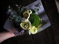 ホワイトデーに奥様とお母様に花束。「白~グリーン系」と「黄色系」。手稲区前田5条にお届け。2019/03/14。 - 札幌 花屋 meLL flowers