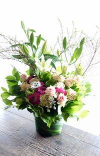 一周忌のアレンジメント。「可愛らしい感じ。バラも可」。栄通1にお届け。2019/03/15。 - 札幌 花屋 meLL flowers