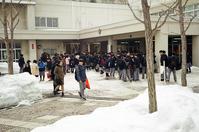 厚別南中学校の卒業式と竹雪囲いモノクロ版 - 照片画廊