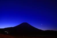 31年3月の富士(10)朝霧高原の夜の富士 - 富士への散歩道 ~撮影記~