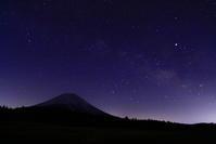 31年3月の富士(11)朝霧高原の天の川と富士 - 富士への散歩道 ~撮影記~