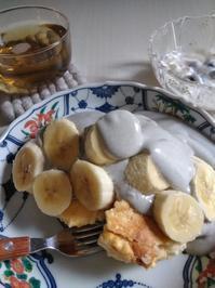 ふわとろパンケーキonバナナごまクリーム添え - お茶のおともに