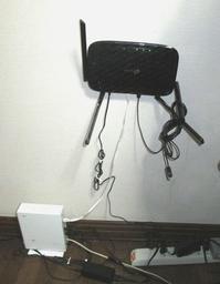 邪魔な無線ルーターを壁にかけた・・・。 - 草の庵日録