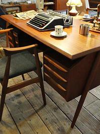 Desk (Gunnar Nielsen Tibergaard) - hails blog
