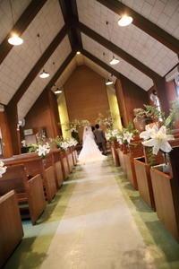 春の装花本多記念教会様へユリとこでまりと雪柳のチャペルの挙式装花 - 一会 ウエディングの花
