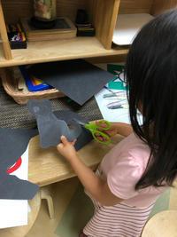 学校の「アートフェア」にて、作品作りをデモンストレーションする娘。 - 肉じゃが日和
