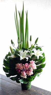 お誕生日の女性へアレンジメント。南5西3のビル6階にお届け。2019/03/22。 - 札幌 花屋 meLL flowers
