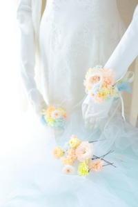モントレ大阪の花嫁様へ、リストレットの花飾りプリザーブドフラワーで - 一会 ウエディングの花