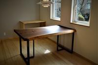 ウォールナット一枚板テーブル - SOLiD「無垢材セレクトカタログ」/ 材木店・製材所 新発田屋(シバタヤ)