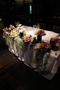 春の装花XEX 日本橋様へ青と紅茶の卓上装花と大きなサプライズ花束と - 一会 ウエディングの花