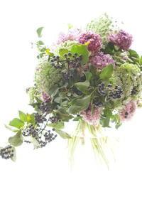 モロッコ咲きラナンキュラスとヘデラのコンポジション - お花に囲まれて