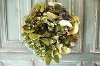 緑多めのリースお誕生日に - 北赤羽花屋ソレイユの日々の花