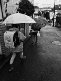 二人登校スタート - 手をつなぎ とことこ散歩