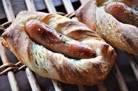 デニッシュソーセージとキツネ - 森の中でパンを楽しむ