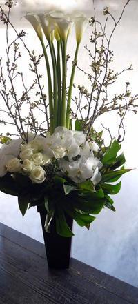 開店のお祝いにアレンジメント。「白ベースで」。北4東2にお届け。2019/04/12。 - 札幌 花屋 meLL flowers