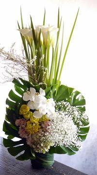 ご葬儀にアレンジメント。「白ベースに明るい色を差し色で」。水車町3の斎場にお届け。2019/04/12。 - 札幌 花屋 meLL flowers