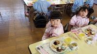 初給食(年少) - 笠間市 ともべ幼稚園 ひろばの裏庭<笠間市(旧友部町)>