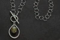 アパタイトキャッツアイグラスホルダーネックレス - 石と銀の装身具