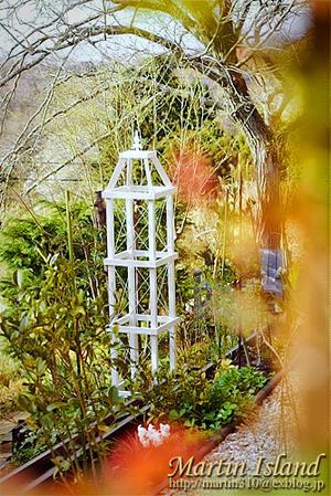 ガーデンのアイポイント、木製オベリスクの再塗装。 - Martin Island ~空と森と水と~