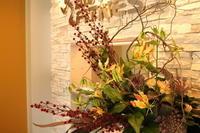 エニタイムフィットネスセンター赤羽北店様へ雲竜柳とグロリオサ - 北赤羽花屋ソレイユの日々の花