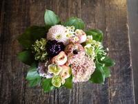 一周忌にアレンジメント。2019/04/15。 - 札幌 花屋 meLL flowers