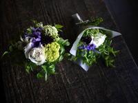 亡くなった猫ちゃんにアレンジメントと花束。「白~紫系」。2019/04/19。 - 札幌 花屋 meLL flowers