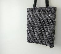 スパイラル模様の縦型バッグ - 空色テーブル  編み物レッスン