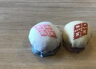 カフェで菱刺し4月 - 手編みバッグと南部菱刺し『グルグルと菱』