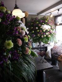 ご葬儀にスタンド花2基。南郷通15の斎場にお届け。2019/04/24。 - 札幌 花屋 meLL flowers