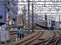 西武鉄道の踏切〜「所沢」編 - 黄色い電車に乗せて…