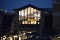 宝塚駅(JR宝塚線) - ブルーアワーの街の情景