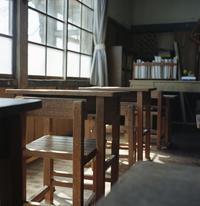 教室の窓と光 - またいつか旅に出る